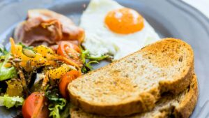 brunch play cafe oeuf bacon toast