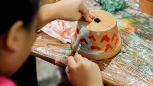 atelier creatif customisation pot argile